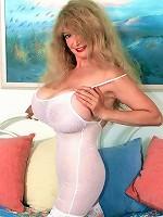 Big natural dd blonde mariah Lynn finger pumps her moist glory-hole.