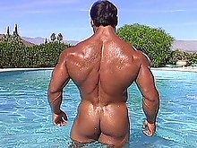 Voluptuous hot bodybuilder shaving his chest, legs & balls