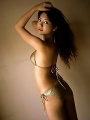 Gravure idol hottie is seductive in her bikini at the beach