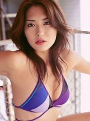 Enticing gravure idol beauty stuns in her bikini at the beach