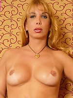 Burly transsexual lady exposes her seductive body