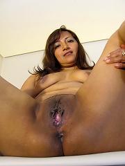 This European mature slut loves to play